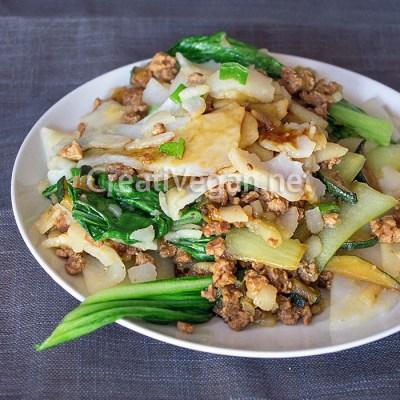 Pasta de arroz salteada con soja texturizada y verduras