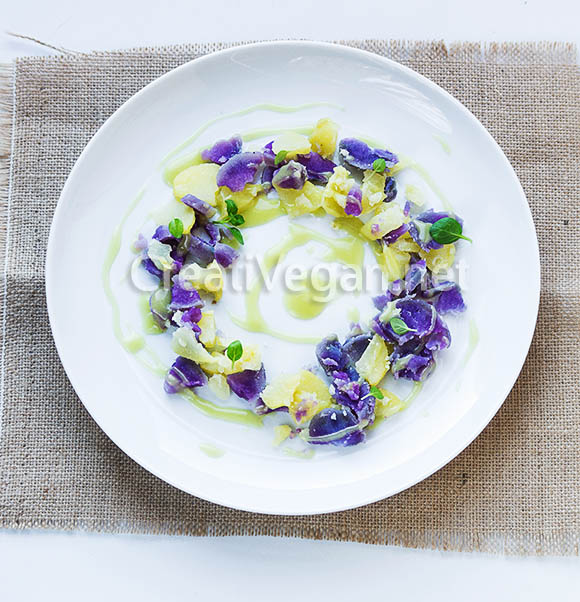 Ensalada de patatas moradas y blancas con vinagreta de manzana