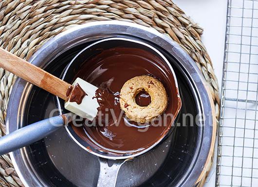 Bañando rosquillas con chocolate