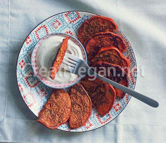 Tortitas de pimiento rojo con salsa de tahini y yogur vegano
