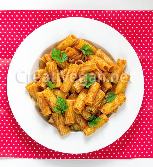 Macarrones grandes rayados con salsa de tomate y pimiento
