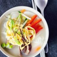 Tteokguk, sopa coreana de año nuevo con pasta de arroz