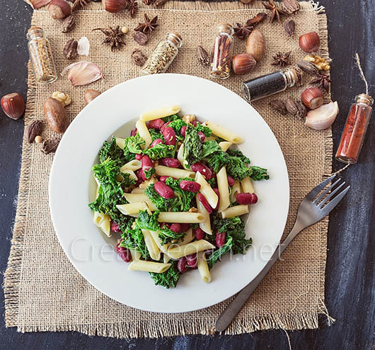 Ensalada de col rizada con judías rojas, nueces y pasta - CreatiVegan.net