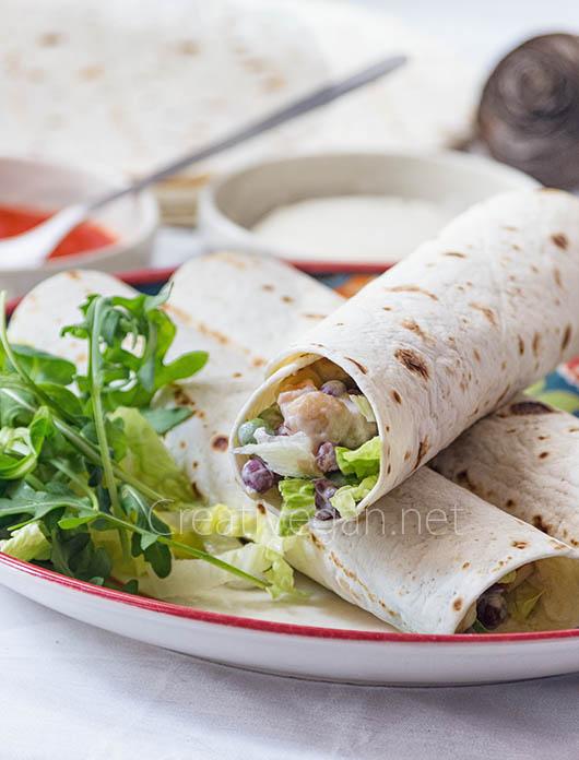 Ensaladilla con legumbres con lechuga en pan de durum - CreatiVegan.net