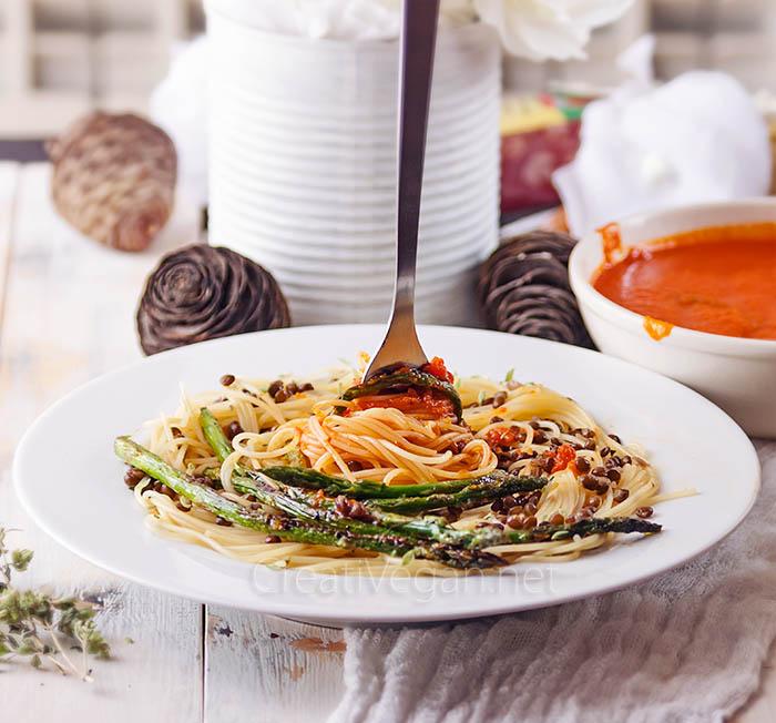 Pasta con lentejas beluga, espárragos y salsa de tomate - CreatiVegan.net