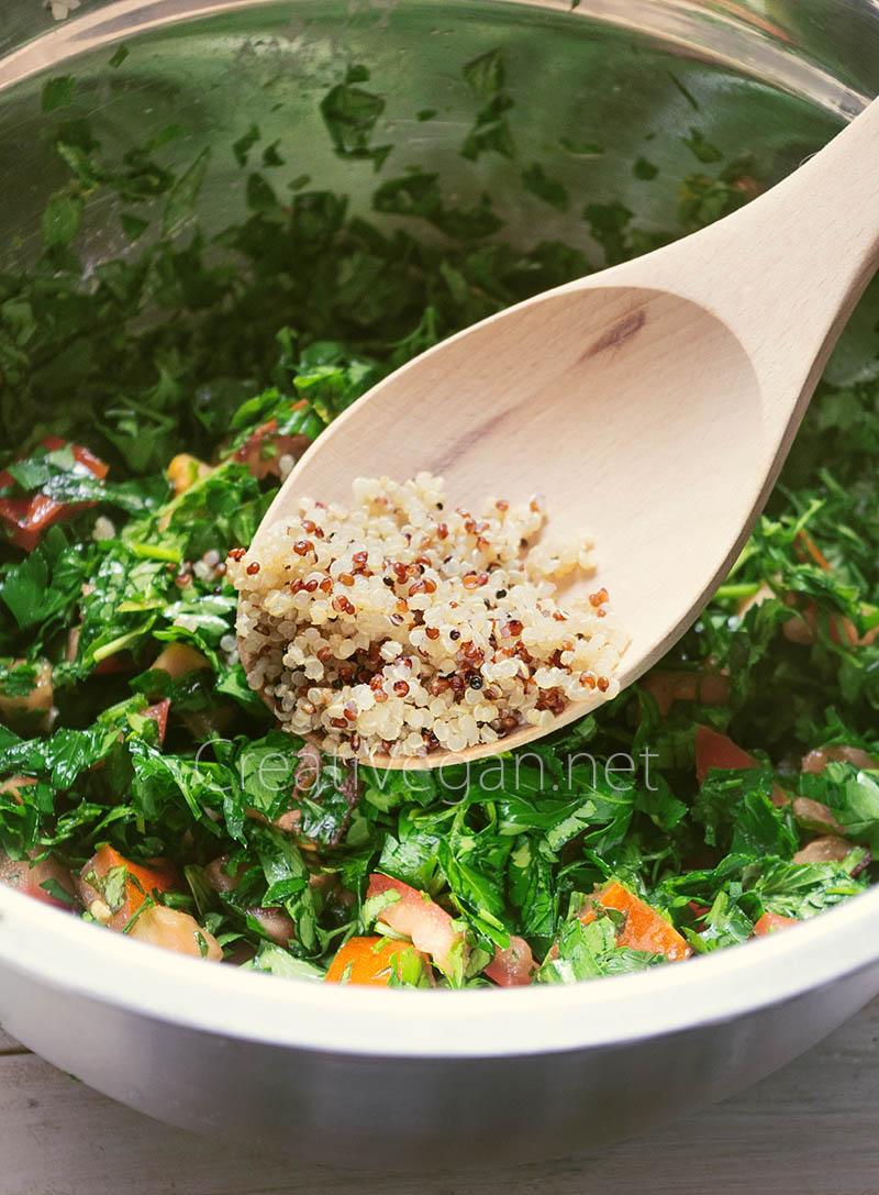 Añadiendo quinoa al tabbouleh