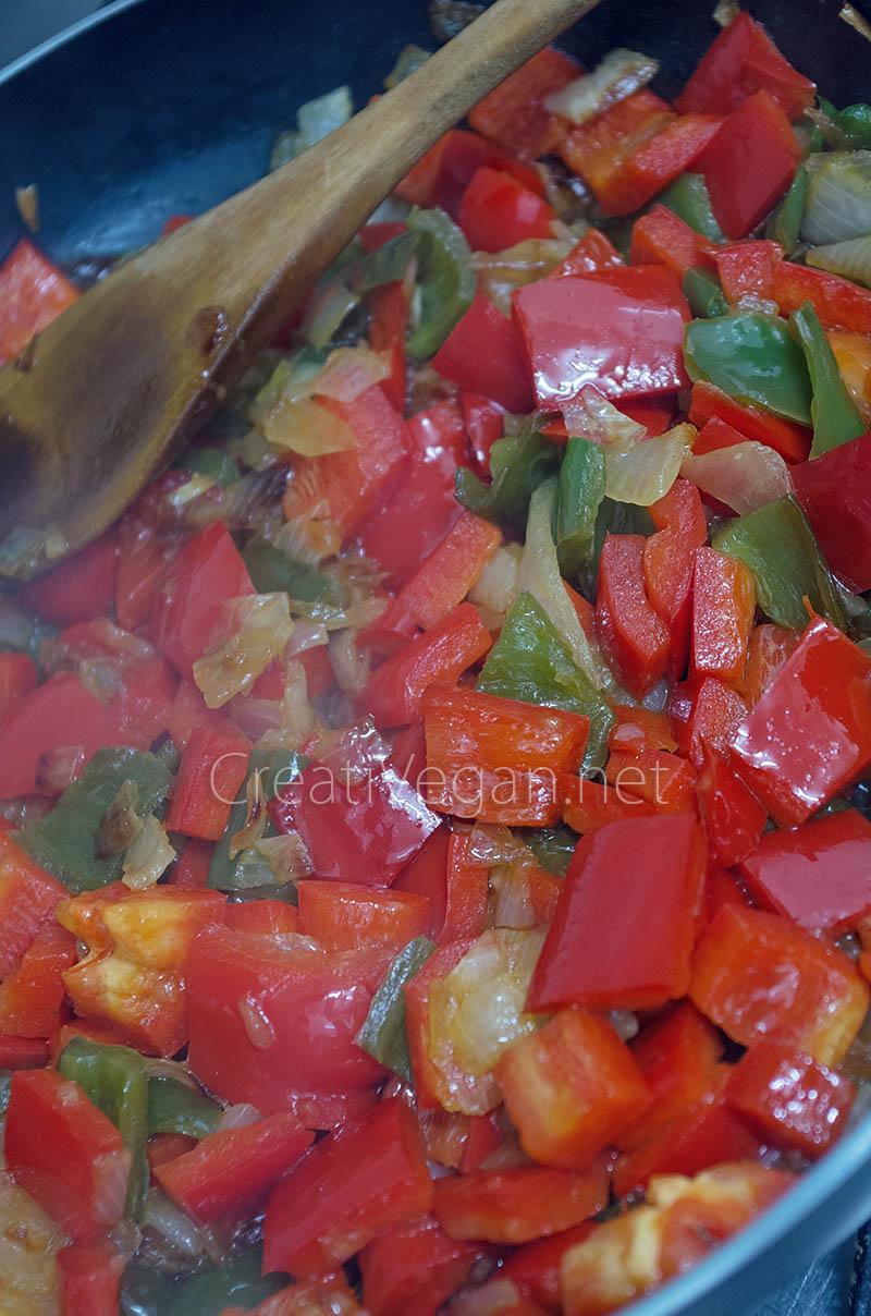 Preparación de pisto casero: cebolla y pimientos