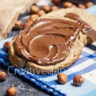 Crema de chocolate con avellanas untada en pan - CreatiVegan.net