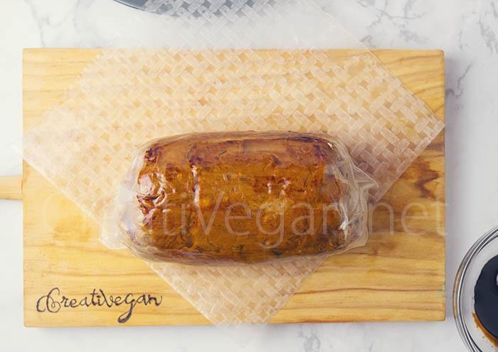 Tofu relleno - preparación: enrollando el bloque ya cocinado