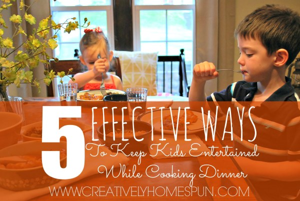 5 EFFECTIVE WAYS TO KEEP THE KIDS ENTERTAINED WHILE COOKING DINNER: That don't include screens! #NoTakeOutNeeded #familymeals