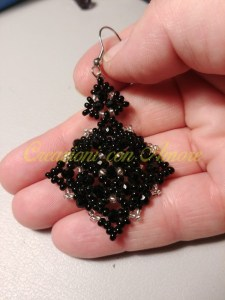 Orecchini fatti a mano perle nere e argento modello Rombo