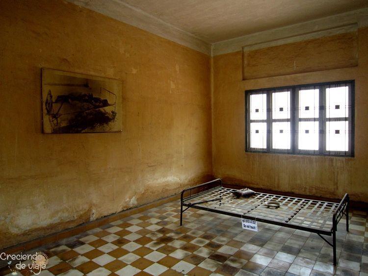 celda del museo del genocidio camboyano