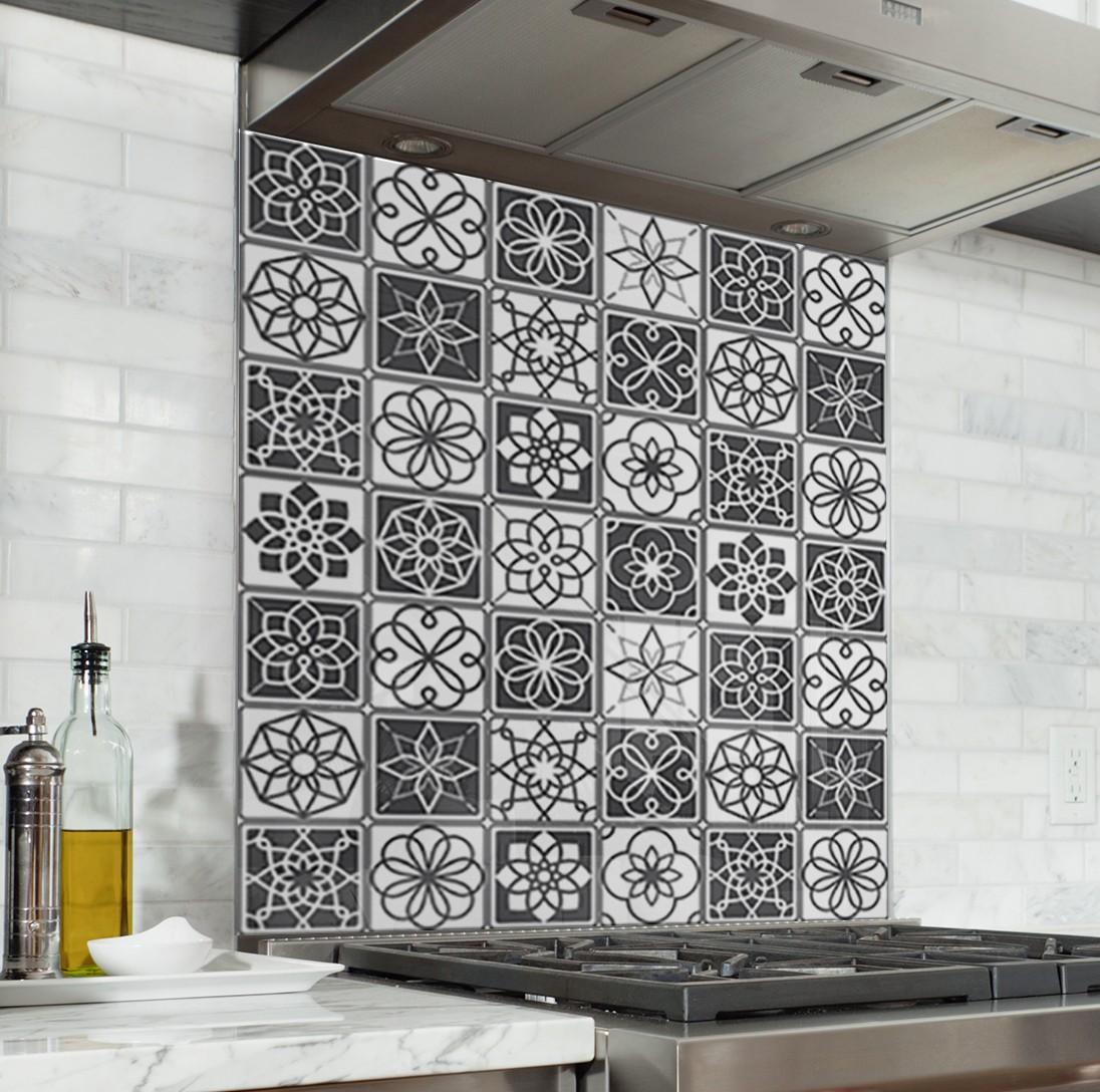 fond de hotte de cuisine carreaux ciment noir et blanc