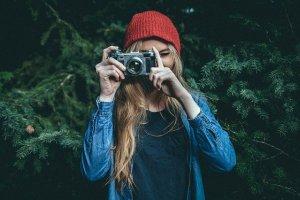 Mujer haciendo fotografía