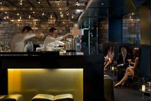 barcelona-restaurant-bankers-bar-bartenders-and-guests-2