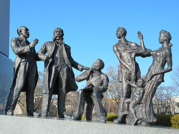 ↑開成山にある開拓者の群像