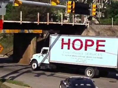 Η γέφυρα που κόβει φορτηγά