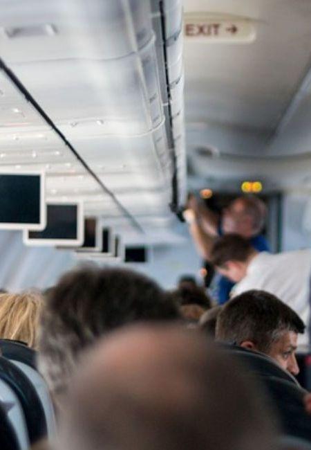 Τι δεν πρέπει να αγγίζετε ποτέ στο αεροπλάνο;
