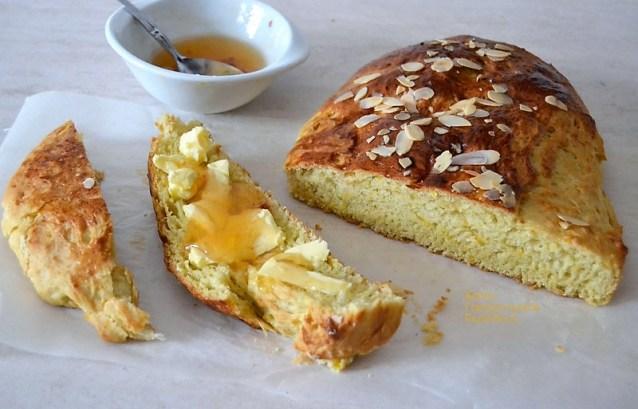 Αφράτο γλυκό ψωμί (σαν τσουρέκι) με κίτρινη κολοκύθα