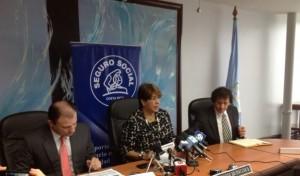 En la imagen funcionarios de la CCSS. Al centro Ileana Balmaceda, presidente ejecutiva de la entidad. CRH