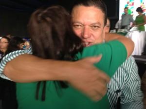 Johnny Araya abraza