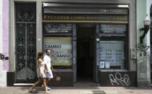 La moneda se devalúo en Argentina a los niveles más bajos desde el 2002. EFE.