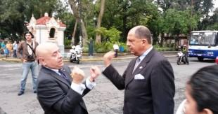 A la salida de la Cancillería, Luis Guillermo Solís habló con el Director de Protocolo. (CRH)