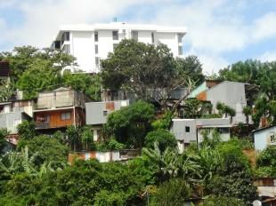 En Los Anonos han desalojado familias en los últimos años. Las que quedan, viven con lujosos edificios a pocos metros. (CRH)