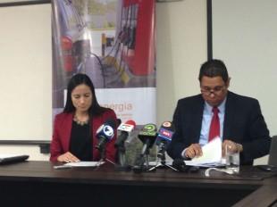 A la derecha, Juan Manuel Quesada, Intendente de Energía de Aresep. CRH
