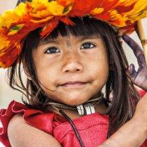 Una niña uru-eu-wau-wau, de Brasil, en 2016. Los uru-eu-wau-wau son una minoría que vive en el estado de Rondônia. Fueron contactados por primera vez en 1981 por la Fundación Nacional del Indio (FUNAI). En 1981 eran 250; en 1993 quedaban solo 89. Las enfermedades y los ataques violentos por parte de grupos externos redujeron su población. En 1991, se descubrió en sus tierras uno de los depósitos de estaño más grandes del mundo de estaño. A partir de 1993, su población volvió a incrementarse después de que el Gobierno brasileño estableciera una zona de protección en la que solo ellos pueden vivir legalmente. No obstante, mineros y madereros invaden constantemente sus tierras. GABRIEL UCHIDA SURVIVAL INTERNATIONAL