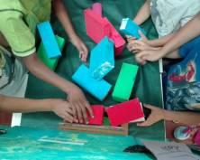 i bambini aiutano i personaggi a costruire il muro della discordia