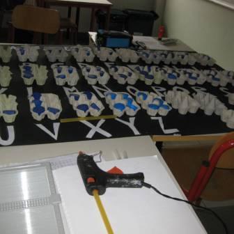 preparazione del cartellone con alfabeto braille