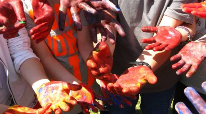 tracce di gruppo - mani colorate di tempera