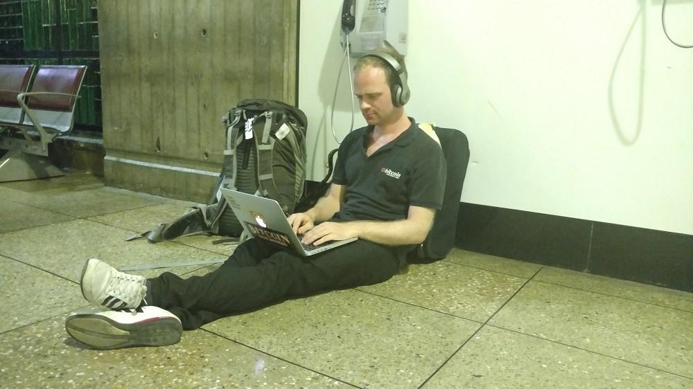 Esperando vuelo en el Aeropuerto Simón Bolívar
