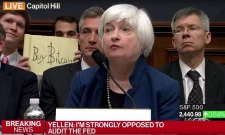 """Joven del letrero """"Compra Bitcoin"""" obtiene alrededor de $15mil dólares en propinas"""