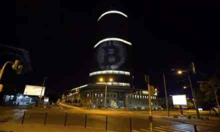 Bitcoiners proyectan logos de criptomonedas sobre el Banco Central de Eslovaquia