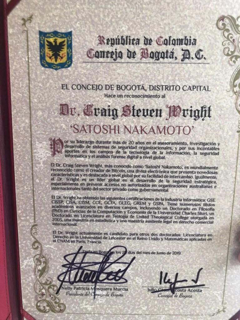 Placa de reconocimiento al falso Satoshi