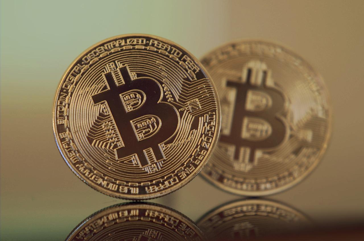 """Bill Gates se muestra """"neutral"""" con respecto a Bitcoin, mientras que el gestor de fondos BlackRock comienza a incursionar en la criptomoneda"""
