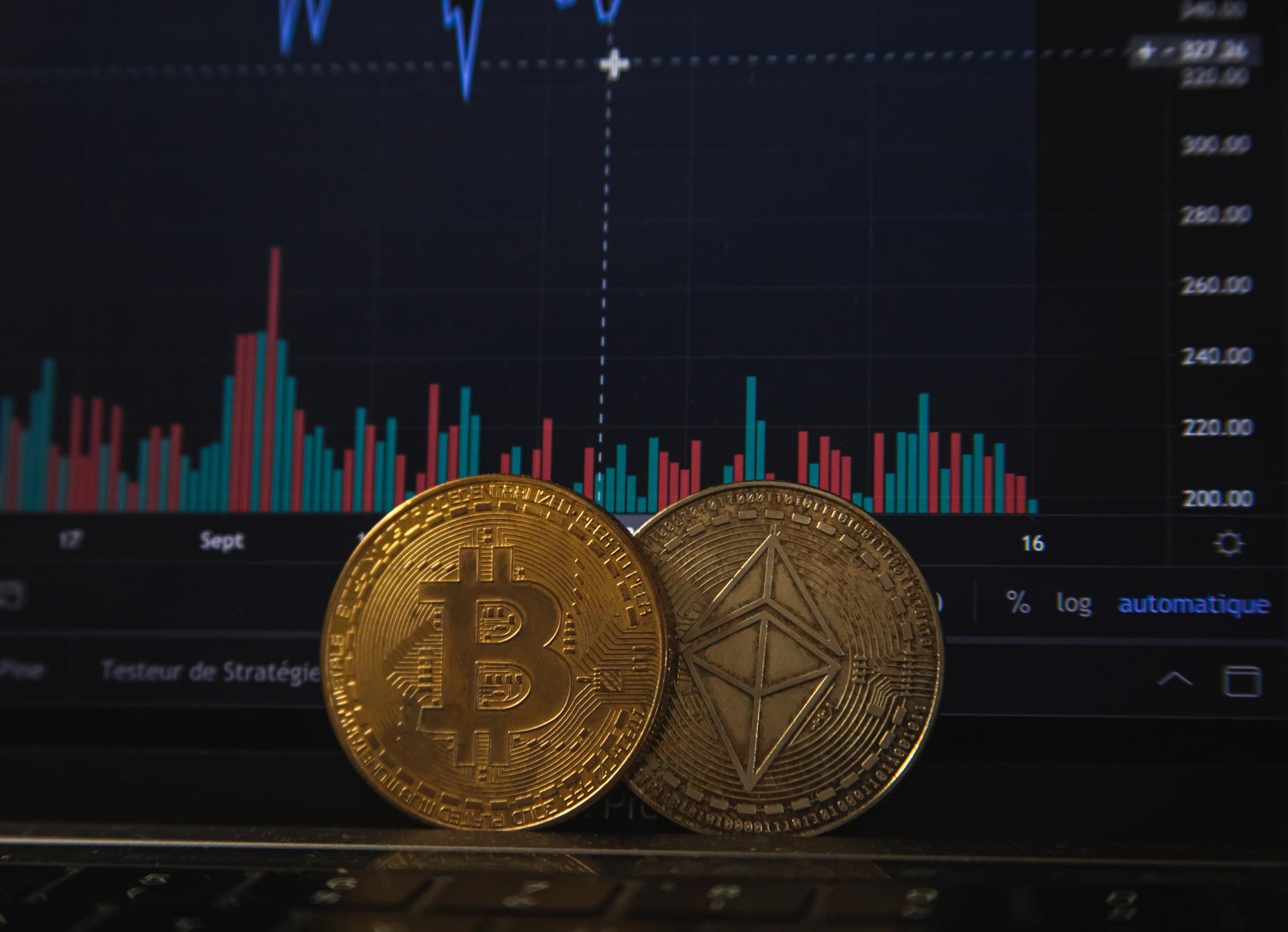 Bitcoin alcanza nuevo máximo histórico en su precio por encima de los 63.000 dólares, mientras que Ethereum también lo hace al superar los 2.200 dólares