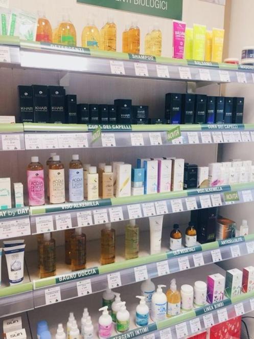 Alcuni prodotti presenti all'interno del negozio NaturPlus di Torino Via San Secondo 17/G