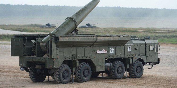 Κινήσεις που καταδεικνύουν πρόθεση αποκλιμάκωσης στην Ουκρανία επιχειρεί η Ρωσία, εν μέσω έντονης κινητικότητας στρατιωτικών δυνάμεων και οργιώδους παρασκηνίου.