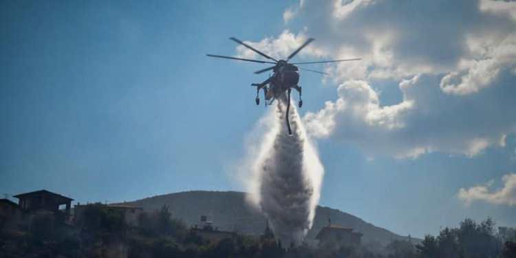 Ανεξέλεγκτη η φωτιά στην Κάρυστο, εκκενώνεται οικισμός 22