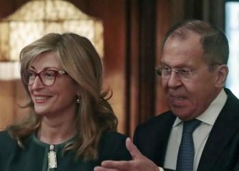 Ο Ρώσος υπουργός Εξωτερικών, Σεργκέι Λαβρόφ με τη Βουλγάρα ομόλογό του Αικατερίνα Ζαχαρίεβα κατά την επίσκεψη της δεύτερης στη Μόσχα στις 21 Οκτωβρίου