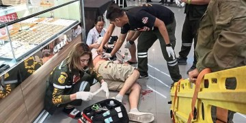 EDITORS NOTE: Graphic content / This photograph taken on January 9, 2020 and received from ViralPress shows paramedics helping a man wounded during a robbery at the Robinson shopping mall in the town of Lopburi, some 150 miliometres (90 miles) north of Bangkok. - A masked gunman killed three people including a two-year-old child and wounded four after shooting up and robbing a gold shop at the mall in central Thailand, police said on January 10. (Photo by STR / ViralPress / AFP) / MANDATORY CREDIT: ViralPress