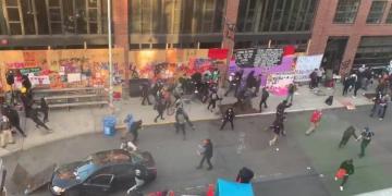 ΗΠΑ: Επίθεση με αυτοκίνητο και όπλο σε διαδηλωτές-video 1