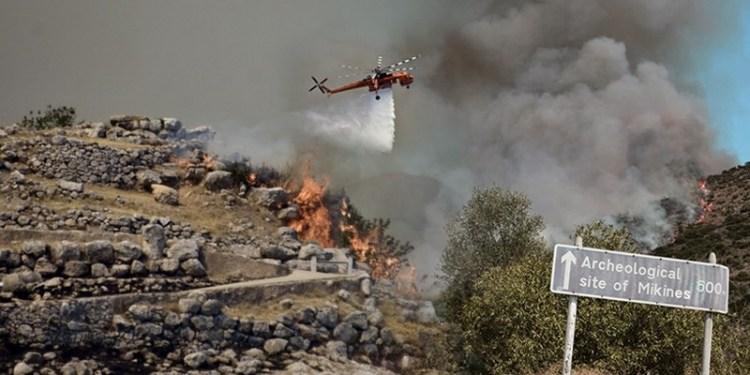 Ελικόπτερο της Πυροσβεστικής κάνει ρίψεις νερού σε μέτωπο φωτιάς (αρχείο)