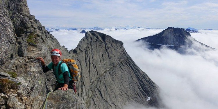 Ορειβάτης πάνω από τα σύννεφα