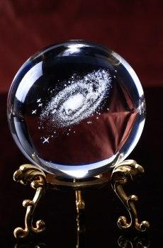 Galaxie en 3d dans un boule en cristal