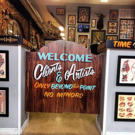 entrada-a-zona-de-trabajo-rotulada-a-mano-en-tattoo-studio