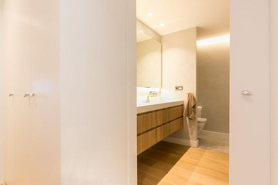 baño con roble y microcemento